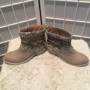 Very Volatile Size 7 Beige Lace Slip On Booties
